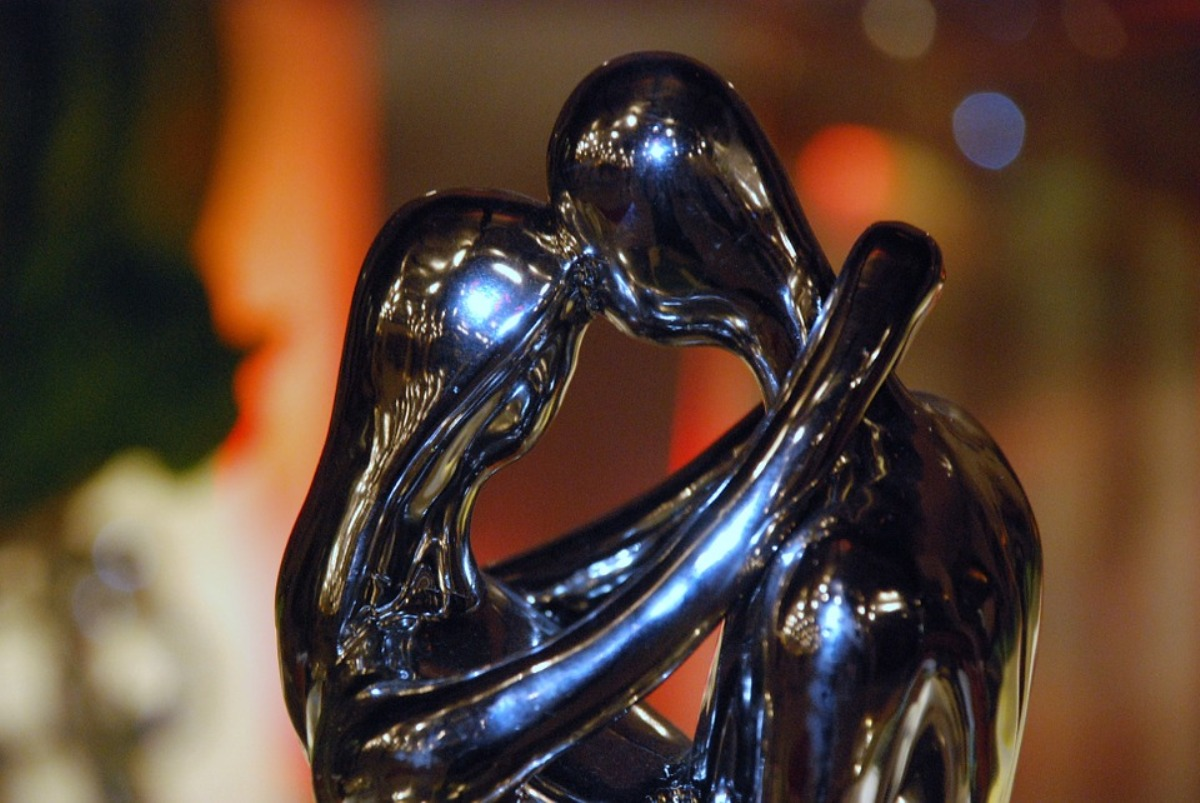 Couple in love bronze statue